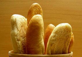 نظارتی بر نان نیست/ نان باگت ۲ هزار تومانی؛ یعنی گندم به نرخ ۲۰ هزار تومان خریداری شده است!  هاشمی، رئیس بنیاد ملی گندمکاران گفت:  هم اکنون قیمت یک نان باگت ۱۰۰ گرمی کمتر از ۲ هزار تومان نیست که این امر نشان میدهد، نظارتی در بخش نان وجود ندارد.  چ